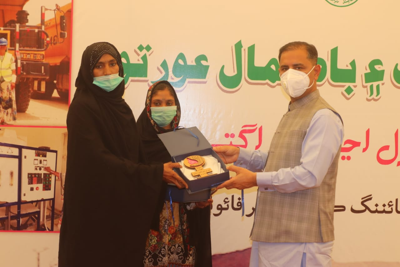 Thari women honored for their distinguished work - Sindh Courier-2