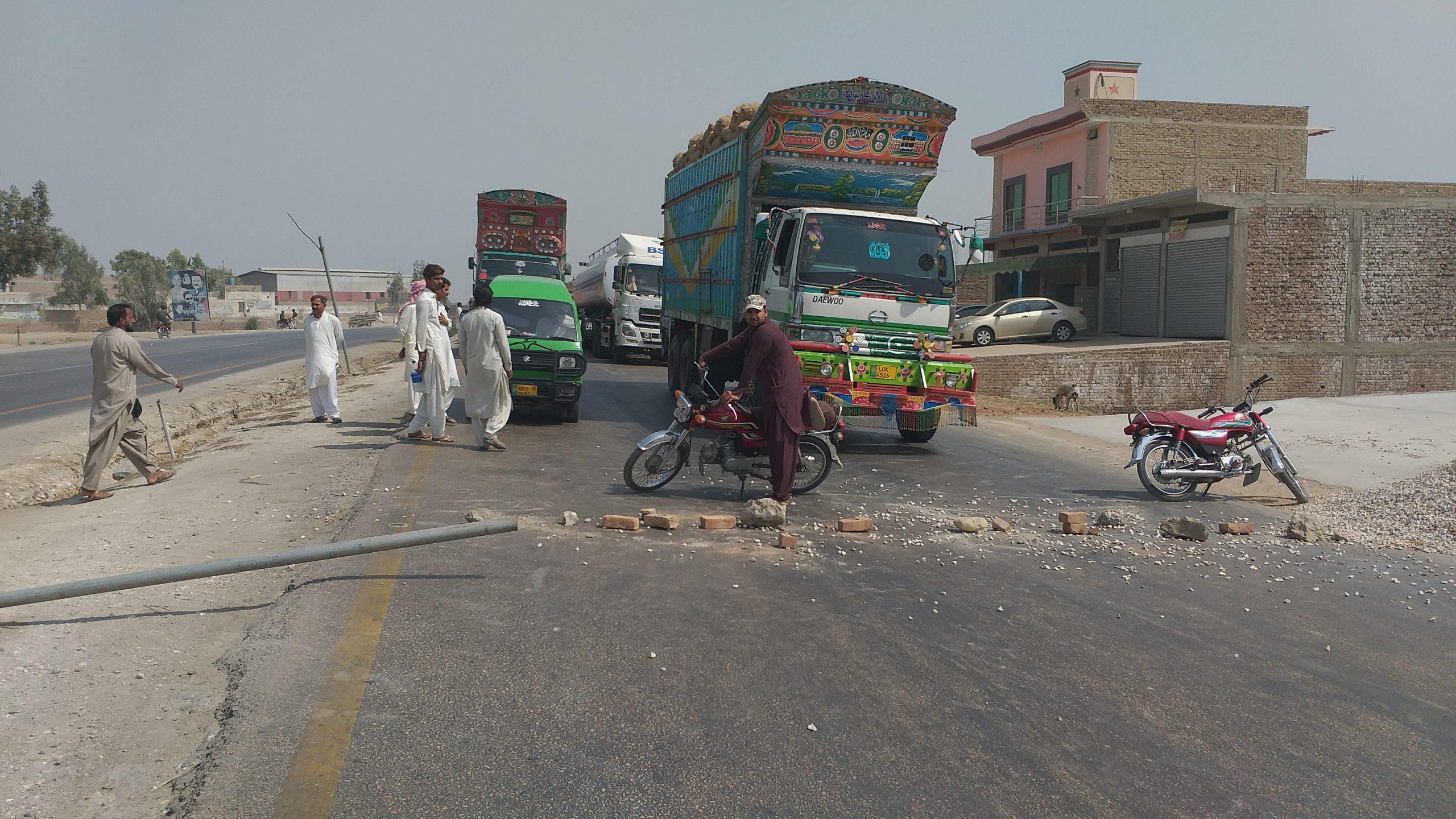 Ubauro Blast - Citizens block highway as an injured boy dies- Sindh Courier-3