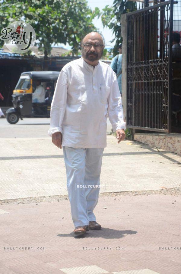 377112-govind-nihalani-at-aadesh-shrivastava-funeral.jpg