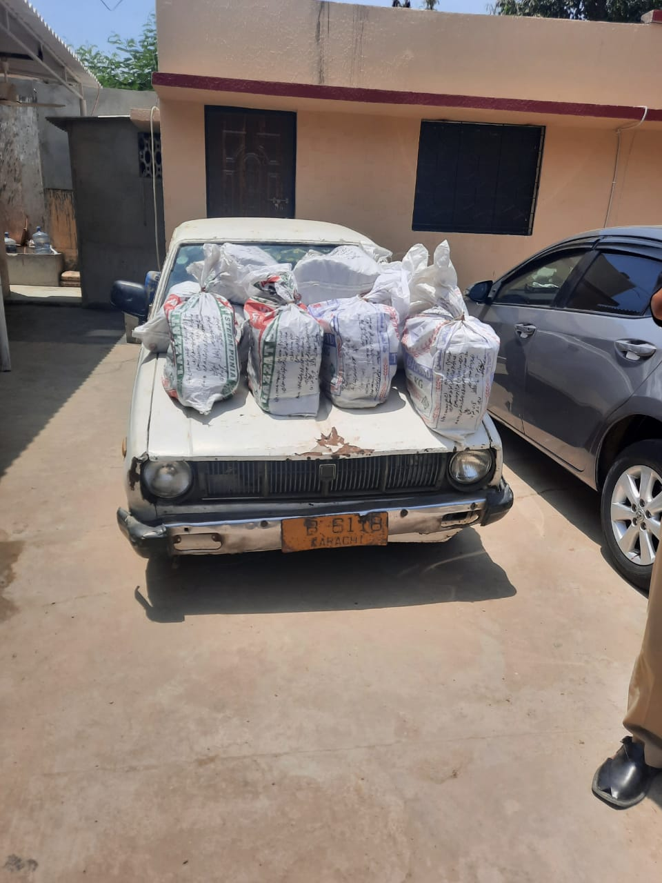 Photo of Karachi Excise Police seize 300Kg hashish from a car
